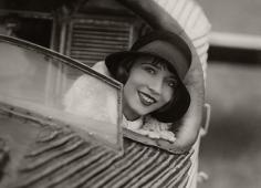 Ramona in der kleinsten Flugmaschine